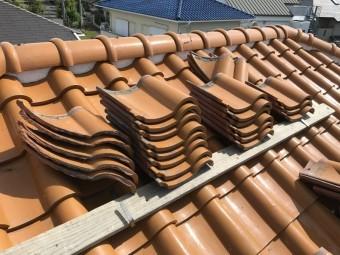 捲った瓦は屋根上に仮置きします!