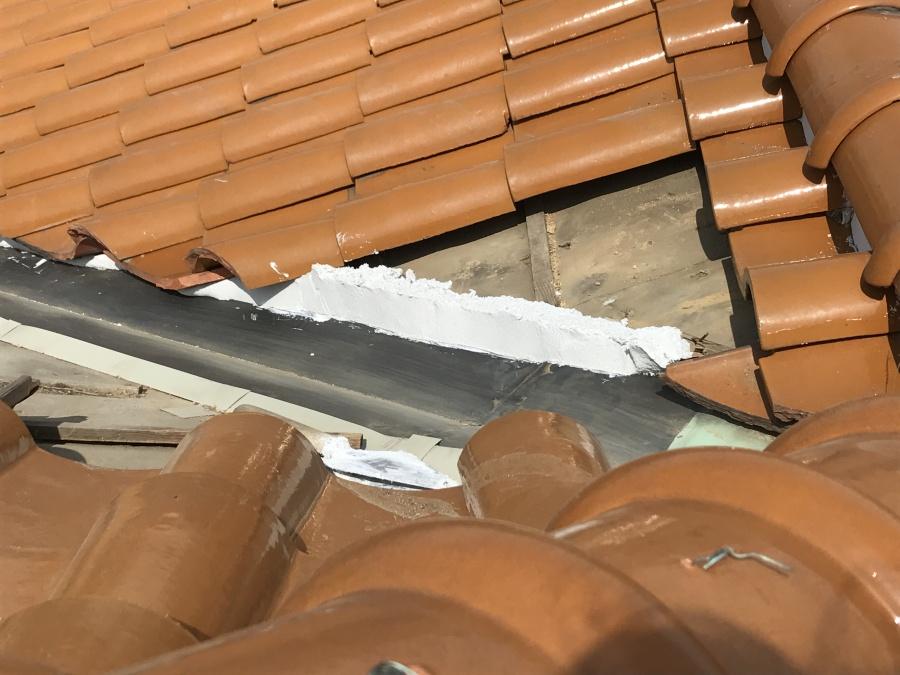 一度撤去した瓦を調節しながら葺き直していきます!