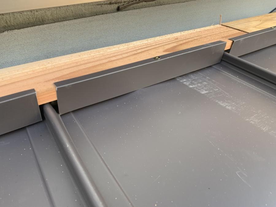 葺き替え工事立平葺き 壁際の納め