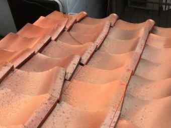 水が漏れている屋根の釉薬瓦のズレ