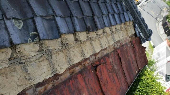 庇の板金と瓦が取り合っている部分の瓦を2枚づつ捲ります。