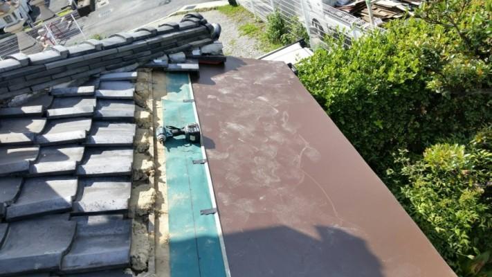 野地板を新設しその上に防水シート、板金材を新設します。