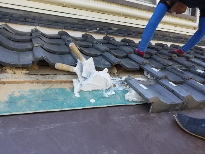 白い土材を置き、その上に瓦を一枚一枚復旧していきます。