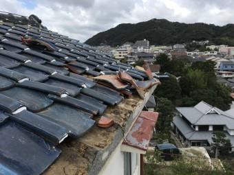 台風の被害により瓦が飛んでいます。