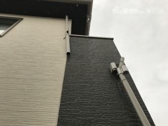 簡易的な物置が、台風により飛び竪樋に直撃したとのことです。