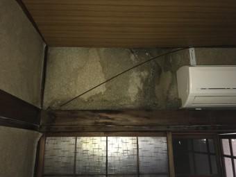 外壁に雨染みが出来ている様子