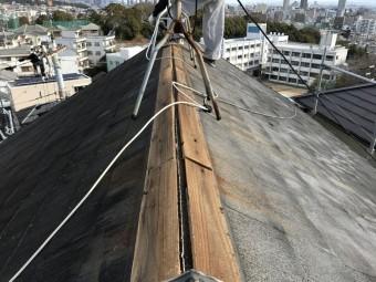 棟板金を撤去、既存の貫板がやせています。