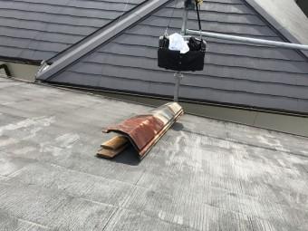 撤去した棟板金と棟下地の貫板