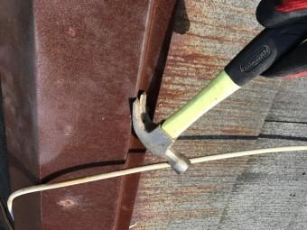 棟板金を固定している釘を取り除きます。