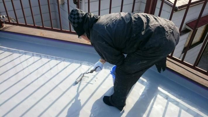 ウレタン防水工事ウレタン塗布2回目施工の様子