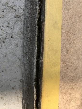 マスキングテープで養生します。タイルとの取り合いの防水の切れ目