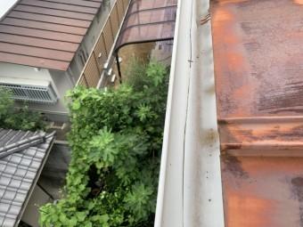 雨樋調査時の樋のひび割れ