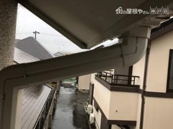 神戸市東灘区 竪樋を集水器と連結致します。