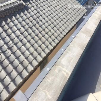 パラペットの天端にも塩ビ鋼板を打ち込みます!