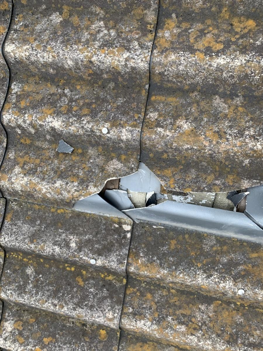 大和スレート Yかわら屋根 飛来物による瓦の割れ、上下の重なりが割れています。