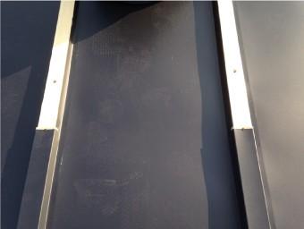 桟にもガルバリウム鋼板でできたコの字型の板金を被せます