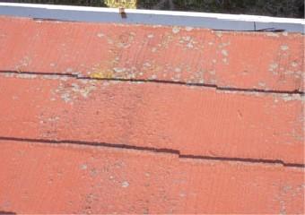 剥離が広範囲に広がり劣化が進む屋根